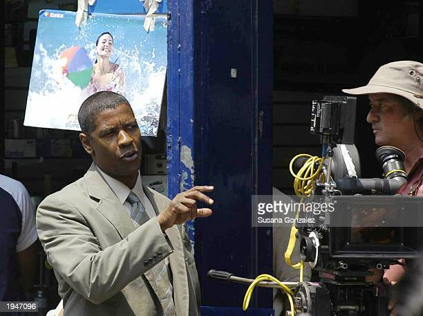 Actor Denzel Washington speaks with director Tony Scott during the filming of Man on Fire April 23 2003 in Mexico City Mexico This is the first movie...