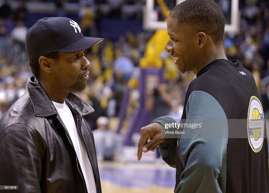 Denzel Washington talks with Ray Allen : News Photo