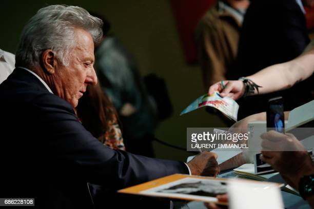 US actor Dustin Hoffman signs autographs on May 21 2017 after he attended a press conference for the film 'The Meyerowitz Stories ' at the 70th...
