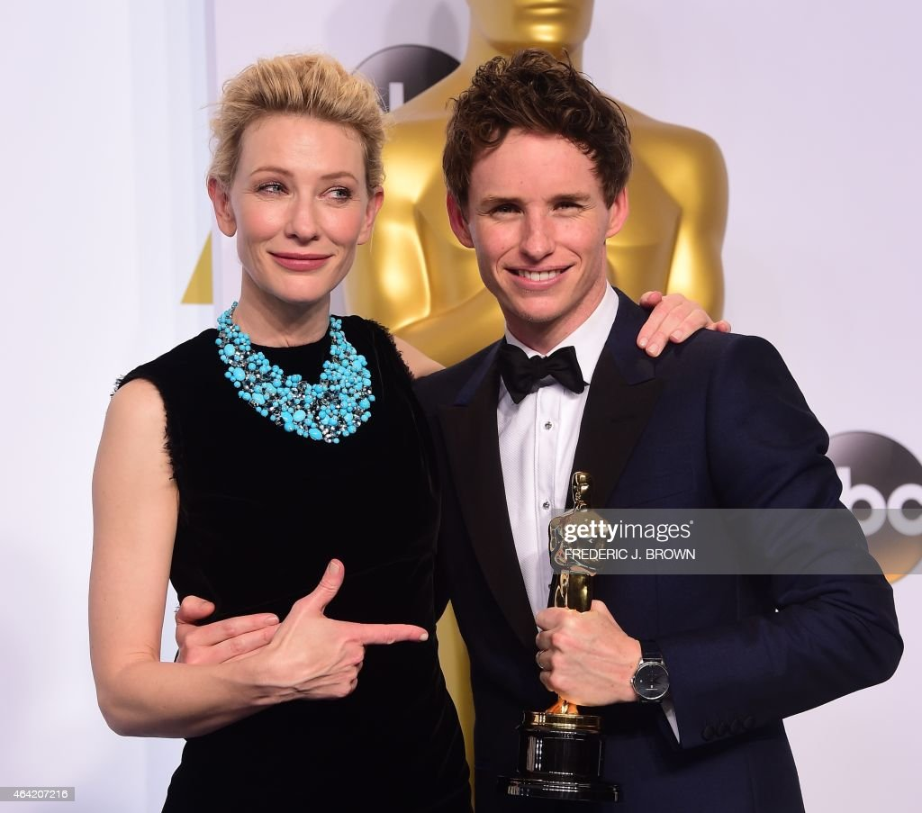 Actor Eddie Redmayne celebrates winning the Best Actor in a Leading Role Award for 'The Theory of Everything' with actress and presenter Cate Blanchett in the press room during the 87th Oscars on February 22, 2015 in Hollywood, California. AFP PHOTO / FREDERIC J. BROWN / AFP PHOTO / Frederic J. BROWN