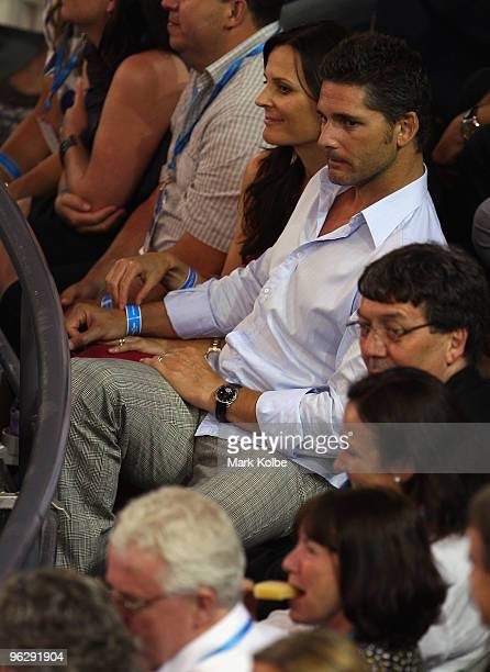 Actor Eric Bana and his wife Rebecca Gleeson watch the men's final match between Andy Murray of Great Britain and Roger Federer of Switzerland during...
