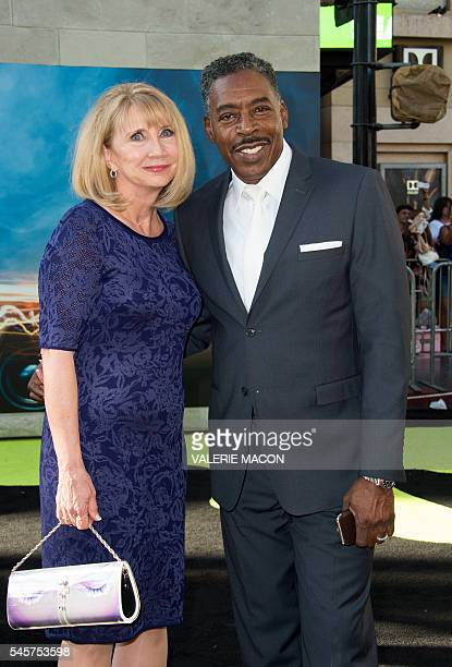 "Actor Ernie Hudson and wife Linda Kingsberg attend the Los Angeles Premiere of ""Ghostbusters"" in Hollywood, California, on July 9, 2016. / AFP /..."