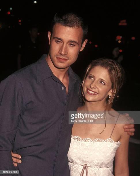 Actor Freddie Prinze Jr and actress Sarah Michelle Gellar attend the Summer Catch Westwood Premiere on August 22 2001 at Mann Village Theatre in...