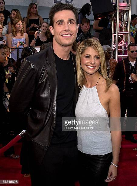 US actor Freddie Prinze Jr arrives at the MTV Movie Awards with his girlfriend Sarah Michelle Gellar at the Sony Studios in Culver City CA 03 June...