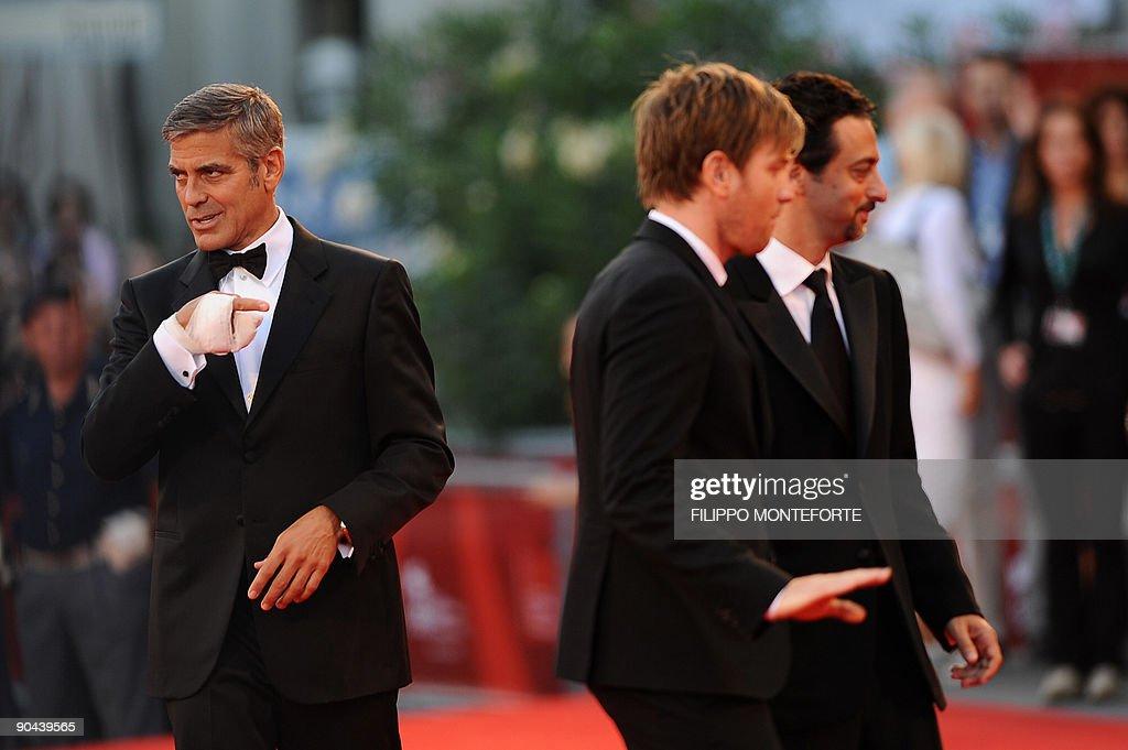 US actor George Clooney (L) jokes as he : Nachrichtenfoto