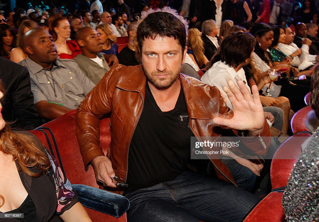 Actor Gerard Butler poses for a picture as he attends the 2009 MTV Video Music Awards at Radio City Music Hall on September 13, 2009 in New York City.