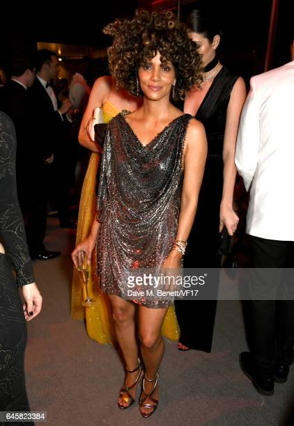 Actor Halle Berry attends the 2017 Vanity Fair Oscar Party hosted by Graydon Carter at Wallis Annenberg Center for the Performing Arts on February 26...
