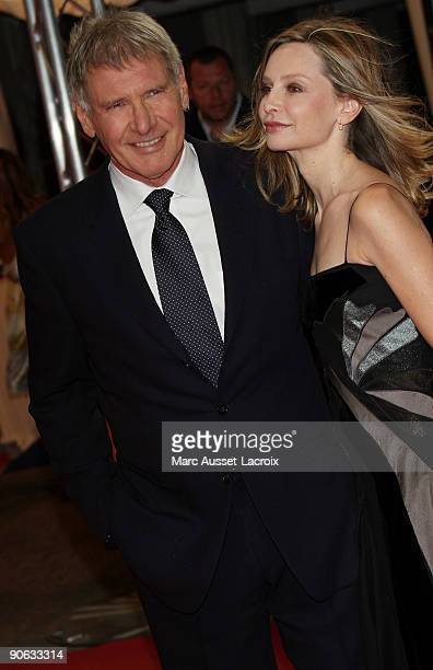 DEAUVILLE FRANCE SEPTEMBER 12US actor Harisson Ford with US actress Calista Flockhart poses for the screening of the movie 'The proposal' at the 35th...