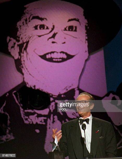 US actor Jack Nicholson addresses the audience after receiving the American Film Institute Life Achievement award 03 March 1995 at the Beverly Hotel...