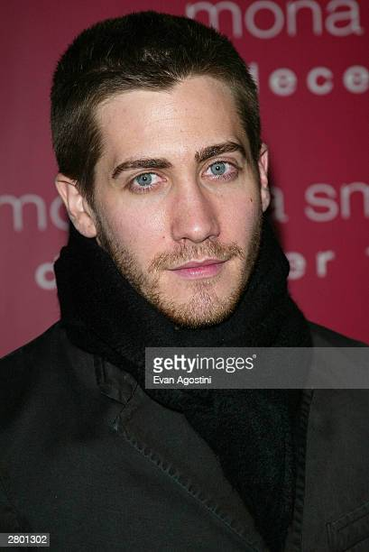 "Actor Jake Gyllenhaal arrives at the world premiere of ""Mona Lisa Smile"" at the Ziegfeld Theatre December 10, 2003 in New York City."
