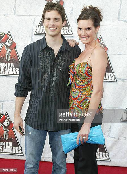 Actor James Marsden and wife Lisa Linde arrive to the 2004 MTV Movie Awards at the Sony Pictures Studios on June 5 2004 in Culver City California The...