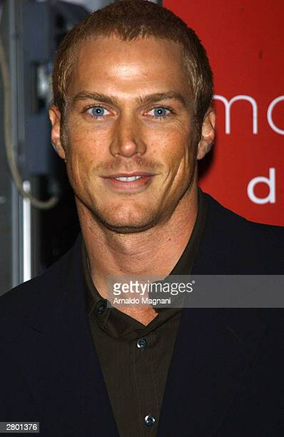 "Actor Jason Lewis arrives at the world premiere of ""Mona Lisa Smile"" at the Ziegfeld Theatre December 10, 2003 in New York City."