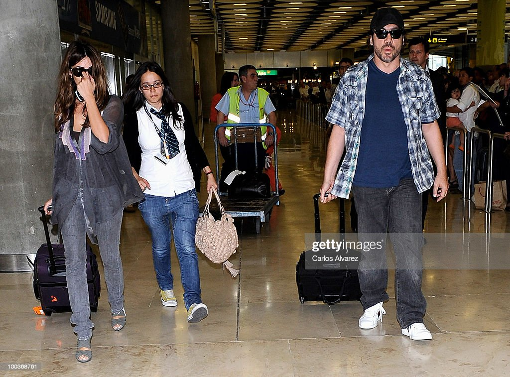 Actor Javier Bardem (R) and Penelope Cruz (L) arrive at the Barajas airport on May 24, 2010 in Madrid, Spain.