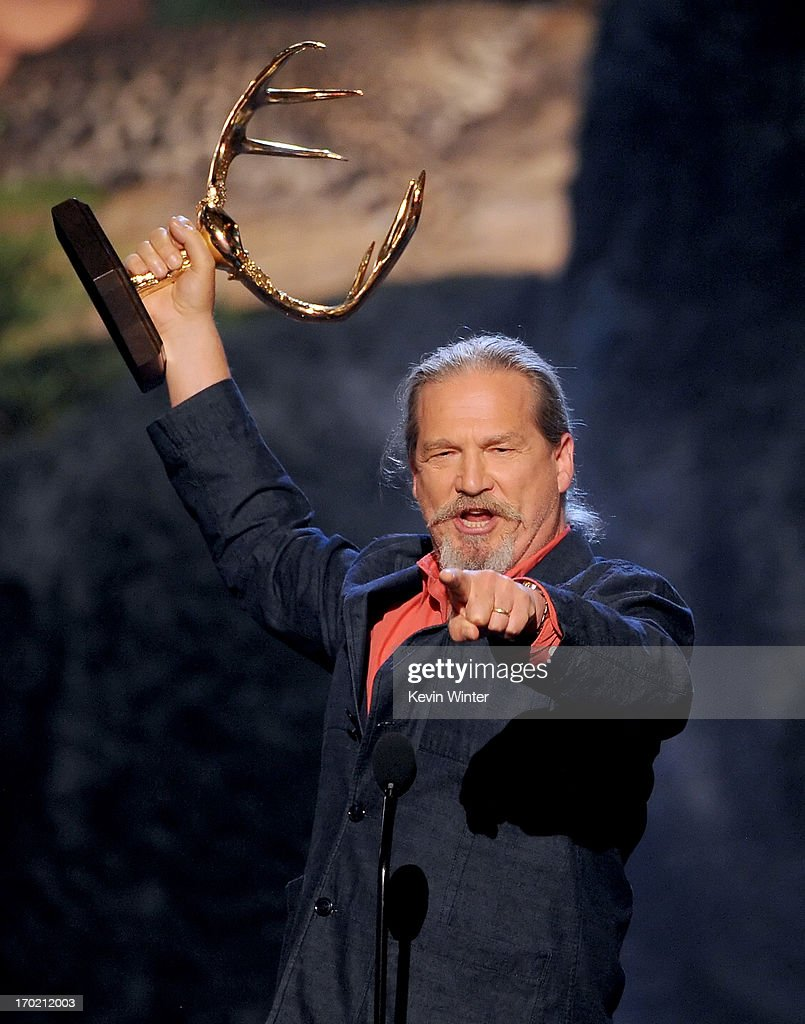Actor Jeff Bridges accepts an award onstage during Spike TV's Guys Choice 2013 at Sony Pictures Studios on June 8, 2013 in Culver City, California.