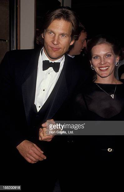 Actor Jeff Bridges and wife Suzie Bridges attend 59th Annual Academy Awards on March 30 1987 at the Dorothy Chandler Pavilion in Los Angeles...