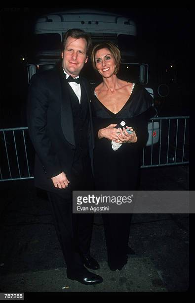 Actor Jeff Daniels poses for a picture February 15 1999 with his wife at the ESPY Awards in New York City The ceremony is being held at Radio City...