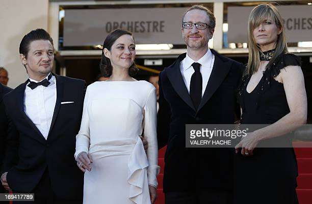 US actor Jeremy Renner French actress Marion Cotillard and US director James Gray and his wife Alexandra Dickson pose on May 24 2013 as they arrive...