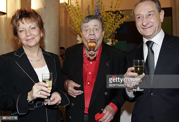 US actor Jerry Lewis 80 yearold poses next to his wife SanDee Pitnick after he received Paris city medal from Paris Mayor Bertrand Delanoe 16 March...