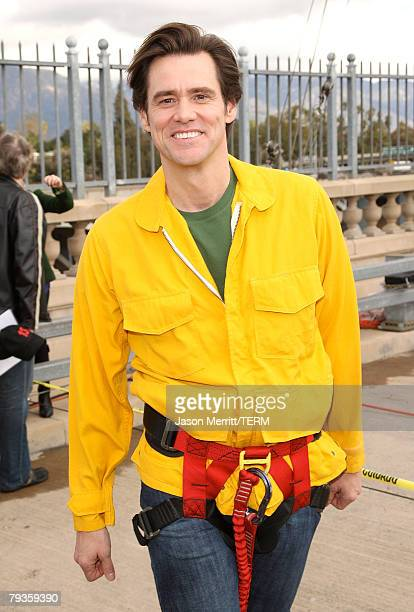 Actor Jim Carrey films a live bunjee jump stunt scene off the Arroyo Seco Bridge for his upcomming film comedy the 'Yes Man' in Pasadena California...