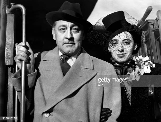 US actor John Barrymore and his wife US actress Elaine Barrie arrive in Los Angeles by train in October 1936 / AFP PHOTO / ACME / STF