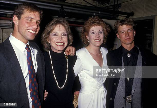 Actor John K Linton actress Mary Tyler Moore actress Lynn Redgrave and actor Barry Tubbe backstage after Sweet Sue Opening Night Performance on...