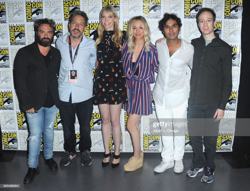 Actor Johnny Galecki, moderators John Ross Bowie, Riki Lindhome, actors Kaley Cuoco, Kunal Nayyar, and Kevin Sussman pose backstage at Comic-Con International 2017 'The Big Bang Theory' panel at San Diego Convention Center on July 21, 2017 in San Diego, California.