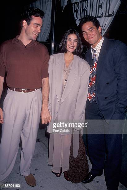 Actor Jon Tenney actress Teri Hatcher and actor Dean Cain leave for the Tavern on the Green for the ABC Sponsors Meeting on May 10 1994 from the...