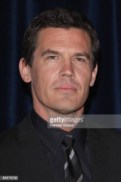 S actor Josh Brolin poses as he arrives at the premiere for 'W' on October 21 2008 in Paris France