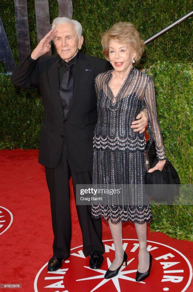 2010 Vanity Fair Oscar Party Hosted By Graydon Carter - Arrivals : News Photo