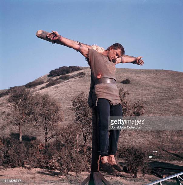 Actor Kirk Douglas crucified on the set of the 1960 film 'Spartacus'.