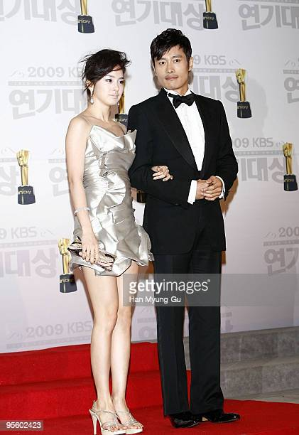 Actor Lee Byeng-Hun and actress Kim Tae-Hee poses on the red carpet of the 2009 KBS Drama Awards at KBS Hall on December 31, 2009 in Seoul, South...