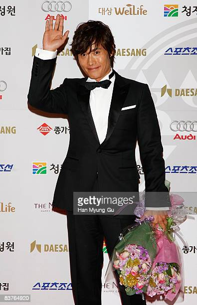 Actor Lee ByengHun poses on the red carpet of the 29th Blue Dragon Film Awards at KBS Hall on November 20 2008 in Seoul South Korea