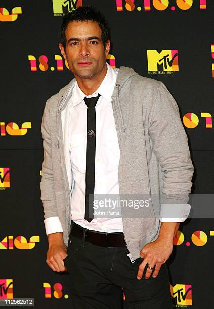 Actor Luis Roberto Guzman arrives at the Los Premios MTV Latin America 2007 at the Palacio de los Deportes on October 18 2007 in Mexico City Mexico