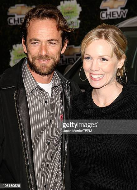 Actor Luke Perry and actress Jennie Garth arrive at Chevy Rocks The Future at the Buena Vista Lot at The Walt Disney Studios on February 19 2008 in...