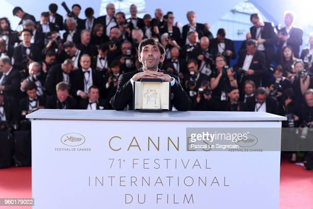 Actor Marcello Fonte poses with the Best Actor award for his role in 'Dogman' at the photocall the Palme D'Or Winner during the 71st annual Cannes...