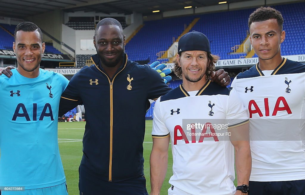 ¿Cuánto mide Mark Wahlberg? - Real height Actor-mark-wahlberg-poses-with-michael-vorm-ledley-king-and-dele-alli-picture-id604272564