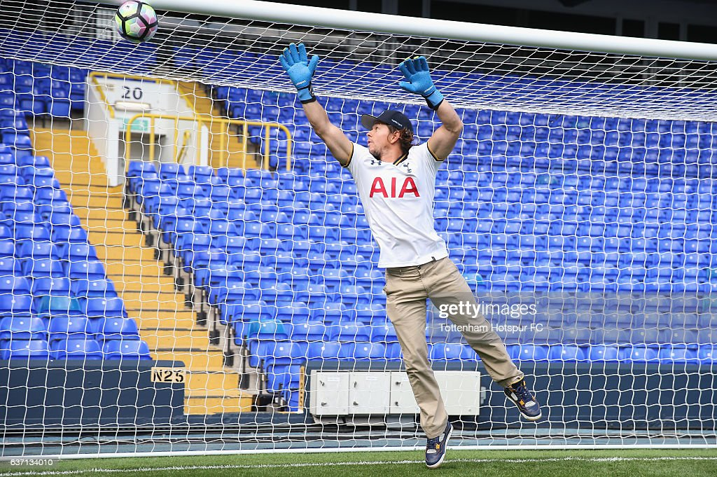 ¿Cuánto mide Mark Wahlberg? - Altura - Real height Actor-mark-wahlberg-visits-white-hart-lane-on-september-8-2016-in-picture-id637134010