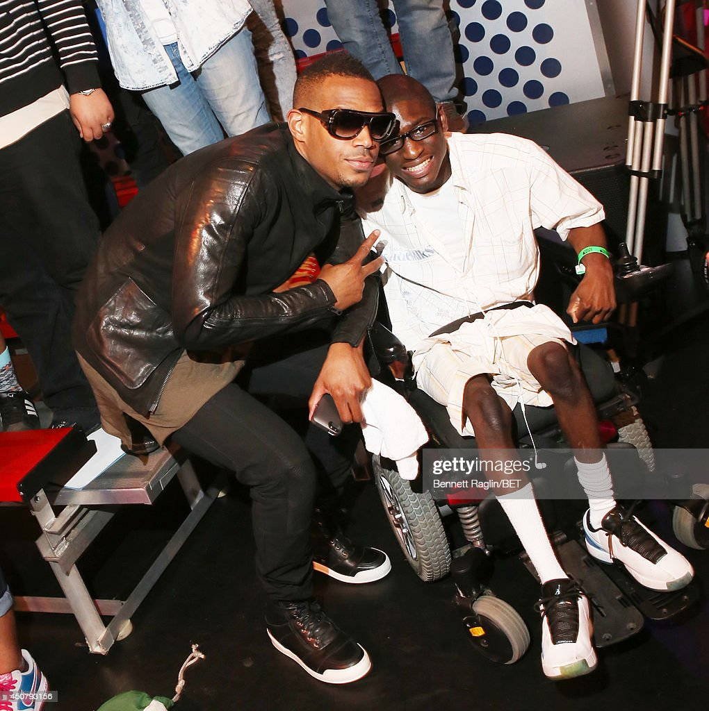 Actor Marlon Wayans poses for a picture with a 106 & Park audience member during 106 & Park at BET studio on June 16, 2014 in New York City.
