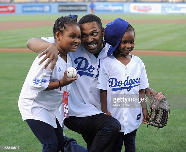 Actor Mike Epps poses with his children warming up to throw out the ceremonial first pitch before the MLB game between the Los Angeles Dodgers and...