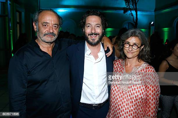 Actor of the movie Guillaume Gallienne poses between Singer Louis Chedid and his wife attend the 'Cezanne et Moi' Premiere Held at the Cinema 'Le...