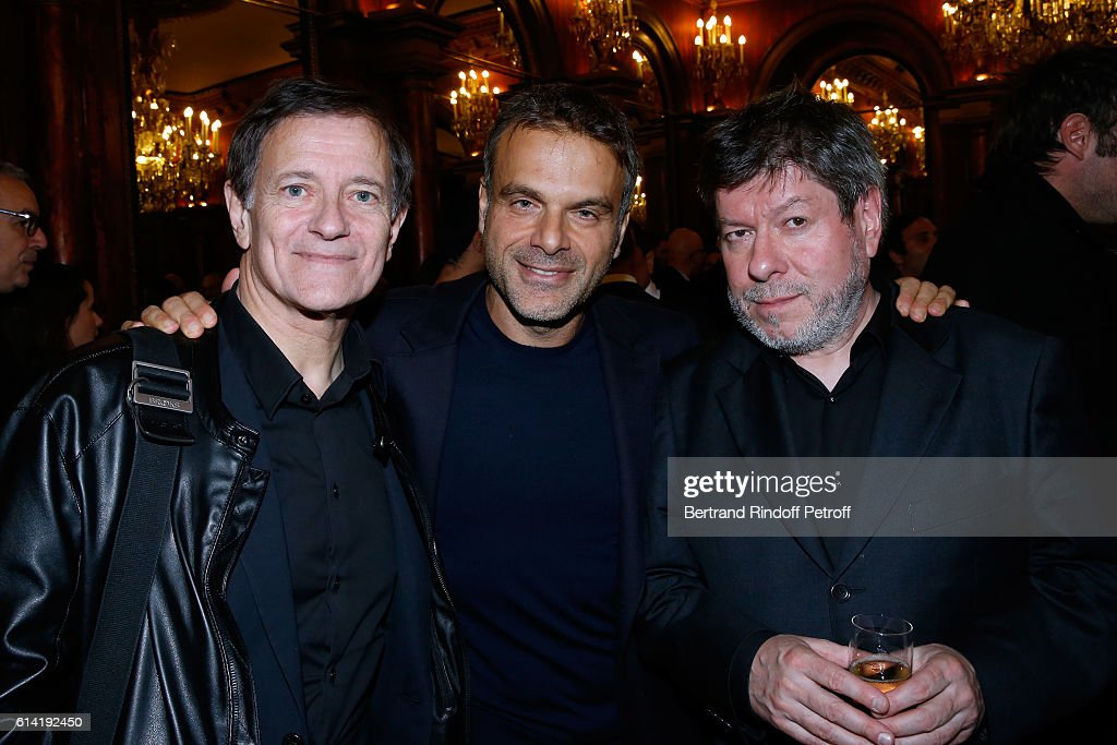 Actor of the piece Francis Huster, Stage director of the Piece, Steve Suissa and actor of the piece Regis Laspales pose after the 'A Droite A Gauche' : Theater Play at Theatre des Varietes on October 12, 2016 in Paris, France.