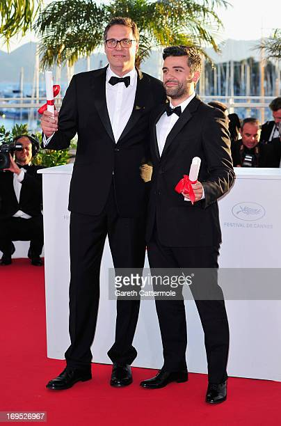Actor Oscar Isaac poses with the 'Grand Prix' award for 'Inside Llewyn Davis' at the Palme D'Or Winners Photocall during the 66th Annual Cannes Film...