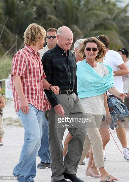 Actor Owen Wilson his father Robert Wilson his mother Laura Wilson are seen filming a scene from the movie Marley Me at the beach behind the Cardozo...