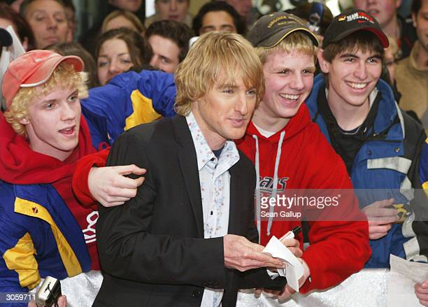 "Actor Owen Wilson mixes with fans while attending the European premiere of ""Starsky And Hutch"" on March 9, 2004 in Munich, Germany."