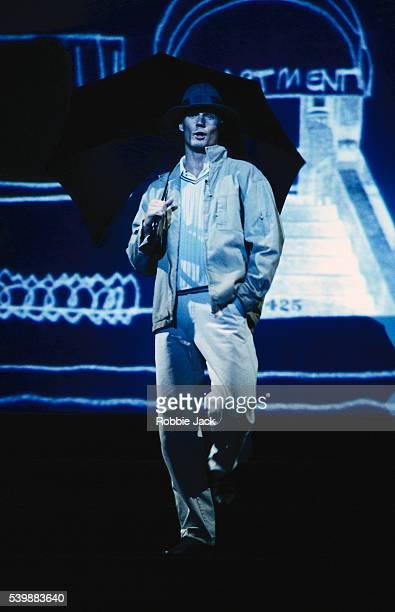 actor paul robinson in singin' in the rain - robbie jack stock-fotos und bilder