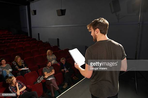 actor performing on stage to small audience. - actor stockfoto's en -beelden