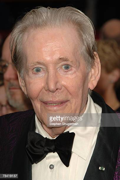 Actor Peter O'Toole attends the 79th Annual Academy Awards held at the Kodak Theatre on February 25, 2007 in Hollywood, California.