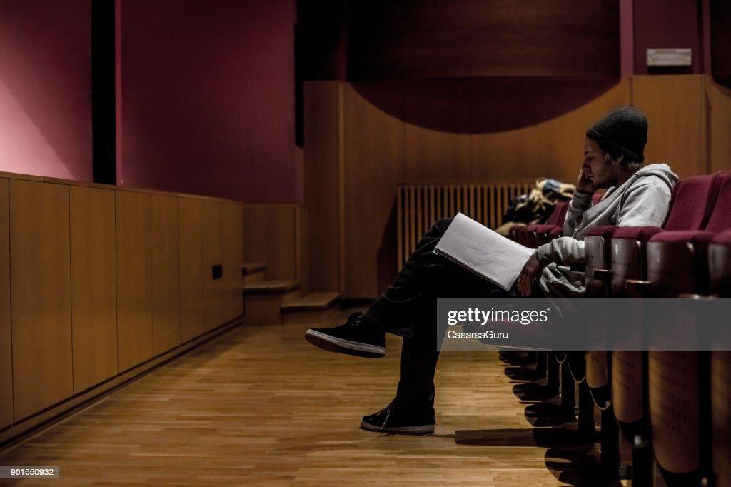 Schauspieler lesen Skript für die Unterstützung während der Proben : Stock-Foto