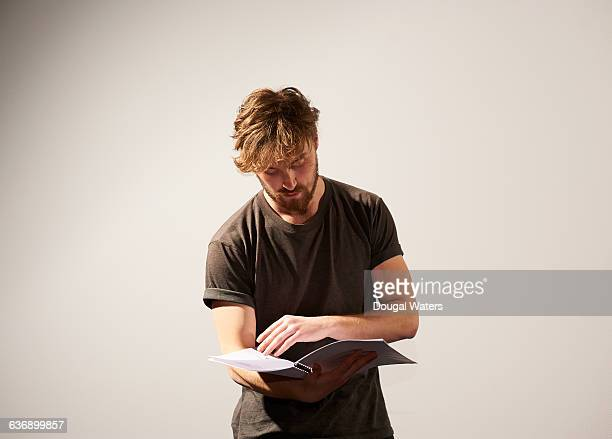 actor reading script. - actor stockfoto's en -beelden