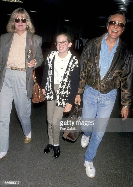 Actor Robert Culp Candace Faulkner and daughter Samantha Culp on November 20 1992 arriving at the Los Angeles International Airport in Los Angeles...